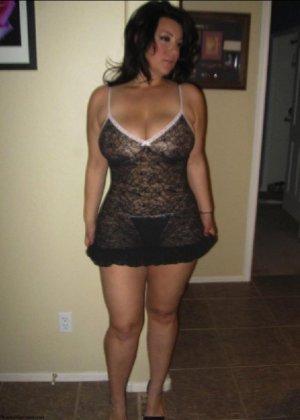 Очень горячая милфа с большой грудью позирует в квартире для всех - фото 12