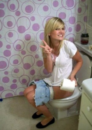 Девчонок подстерегли в туалете, сфотографировали и выложили в сеть - фото 36