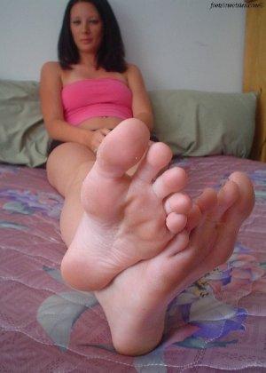 Деваха демонстрирует свои нежные ножки крупным планом - фото 3