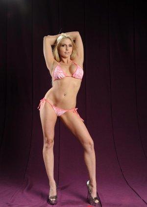 Голая блондинка в розовом купальнике показывает грудь - фото 2
