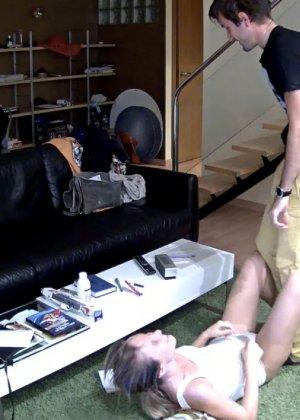 Спрятанная камера постоянно снимает дом и находящихся в нем парней и девушек - фото 49