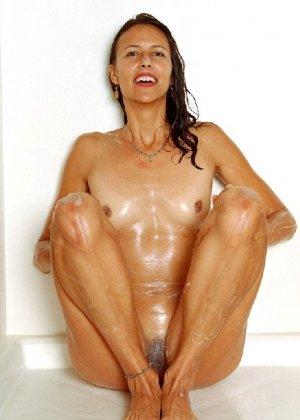 Стройная и зрелая женщина Александра купается в душе - фото 49