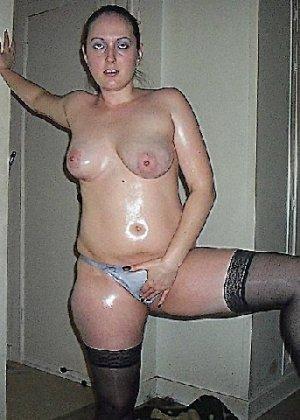 Девушка покрыла себя маслом и начала позировать мужу на кровати - фото 7