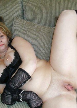 Зрелая женщина выставляет на показ свои прелести в эротическом белье - фото 53