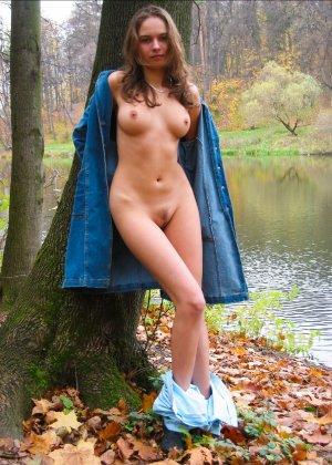 Русская девчонка Оля не стесняется голых фоток на улице - фото 22