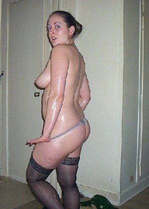 Девушка покрыла себя маслом и начала позировать мужу на кровати - фото 18