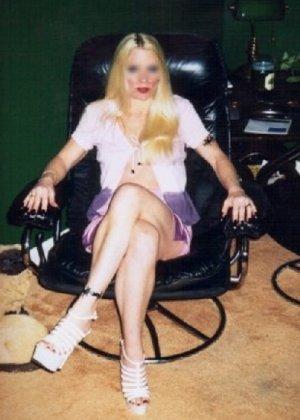 Блонда осталась одна дома и засветила свою киску в камеру - фото 15
