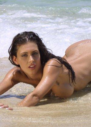 Голая модель в бикини - фото 10