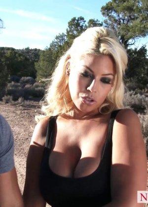 Секс блондинки с силиконовыми сиськами - фото 2