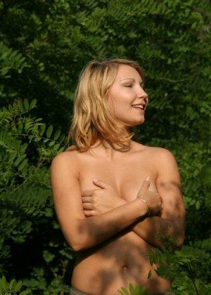 Девушка снимается раздетой в лесу, а потом дома отсасывает фотографу - фото 26