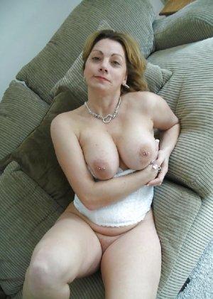 Зрелая женщина выставляет на показ свои прелести в эротическом белье - фото 50