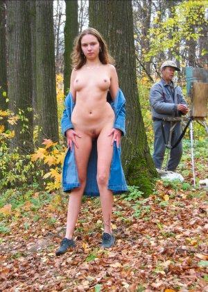 Русская девчонка Оля не стесняется голых фоток на улице - фото 59