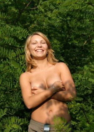 Девушка снимается раздетой в лесу, а потом дома отсасывает фотографу - фото 14
