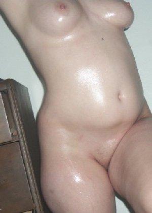 Домашние извращенки обмазались маслом и фотографируются на кровати - фото 8