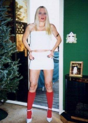 Блонда осталась одна дома и засветила свою киску в камеру - фото 1