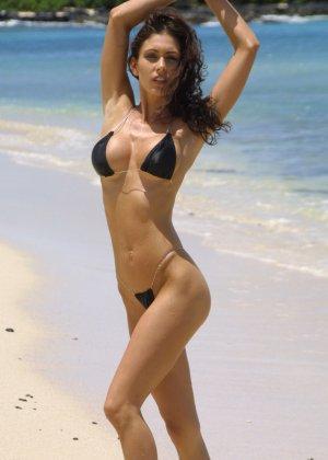 Голая модель в бикини - фото 1