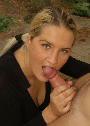 Сексуальная блонда сосет член и трахается как в здании, так и снаружи - фото 12
