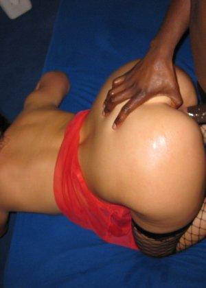 Замужняя девушка Аня любит хороший межрасовый секс - фото 17