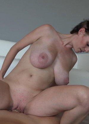 Красавица, с немножко обвисшей грудью, занимается сексом - фото 22