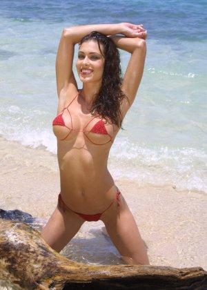 Красивая девушка в мини бикини - фото 3