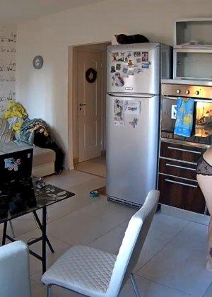 Спрятанная камера постоянно снимает дом и находящихся в нем парней и девушек - фото 57