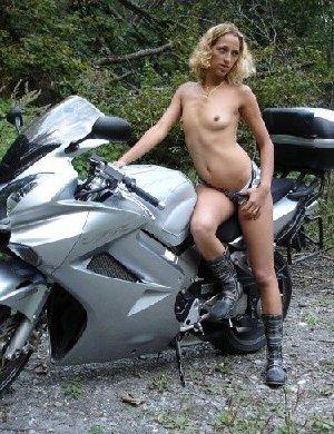 Девка фоткается голой на мотоцикле среди зелени - фото 19