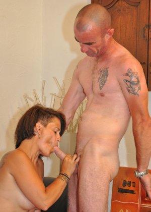 Зрелая пара занимается оральным сексом в своем доме - фото 23