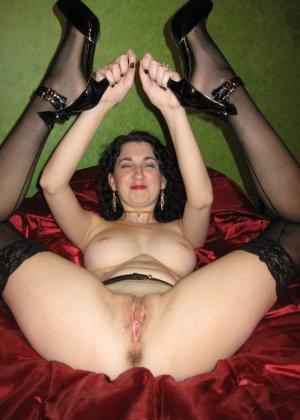 Жаркая брюнетка любит секс и готова к подчинению - фото 3