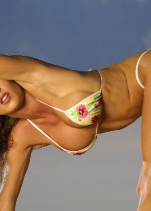 Красивая девушка в мини бикини - фото 8
