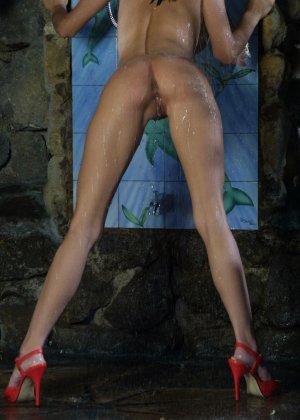 Джессика принимает публичный душ - фото 14
