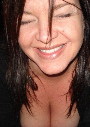 Откровенные снимки брюнетки с клубничкой во рту - фото 10