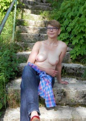Эта женщина любит показать свою грудь в разных местах - фото 1