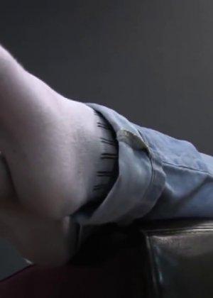 Милая куколка демонстрирует свои подмышки, снимает кеды и показывает ножки - фото 21