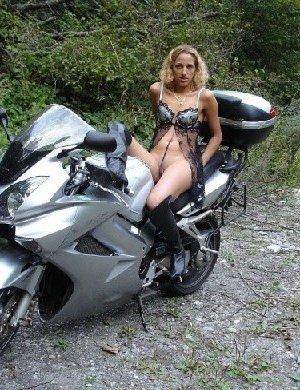 Девка фоткается голой на мотоцикле среди зелени - фото 26