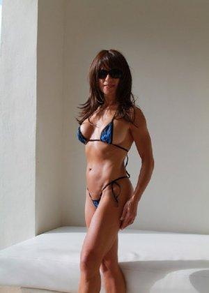 Горячая модель в зрелом возрасте позирует на пляже - фото 5