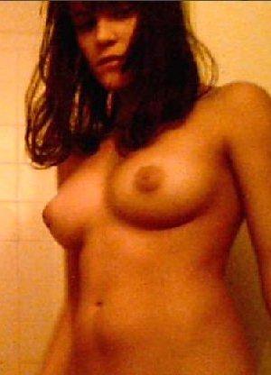 Брюнетка любит чтобы ее фоткали когда она переодевается в гардеробной - фото 4