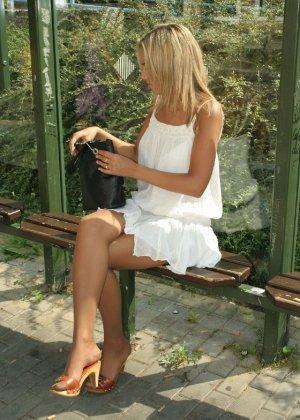 Горячую блондинку везде фотографировали в дворике - фото 7