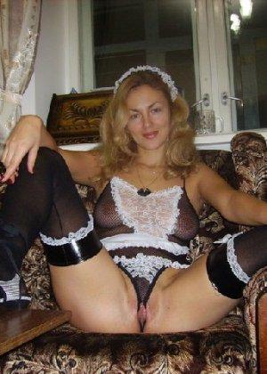 Красивая зрелая служанка была запечатлена в откровенном наряде - фото 2