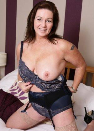 Зрелая британская женщина на все готова в постели - фото 7