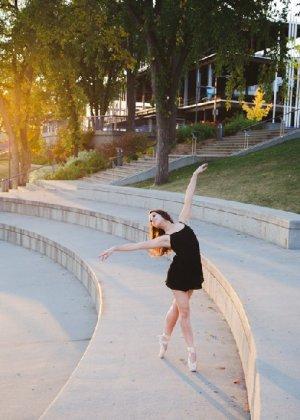 Порно фотки милой балерины, красавица сосет член своего парня с удовольствием - фото 9