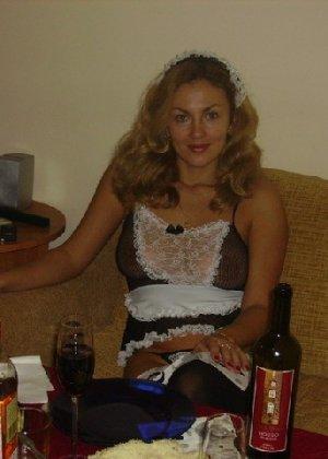 Красивая зрелая служанка была запечатлена в откровенном наряде - фото 3