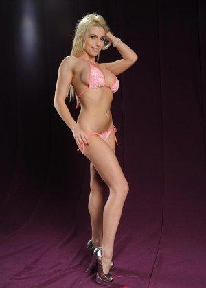 Голая блондинка в розовом купальнике показывает грудь - фото 3
