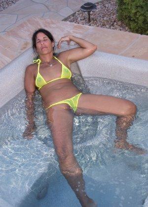 Женщина с большим клитором и в желтом купальнике расслабляется в ванной - фото 5