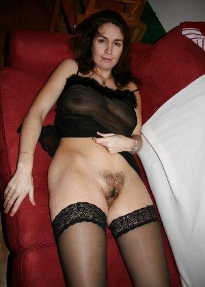 Сексуальная зрелая женщина открывает вид  на все свои дырочки - фото 10