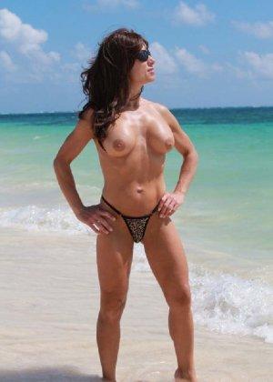 Горячая модель в зрелом возрасте позирует на пляже - фото 3