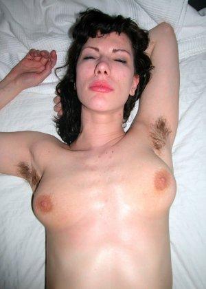 Натуралка с волосатыми подмышками отдыхает на кровати и показывает язык - фото 2- фото 2- фото 2