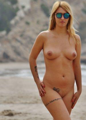 Блондинка на пляже в розовом купальнике раздевается - фото 23