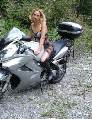 Девка фоткается голой на мотоцикле среди зелени - фото 12