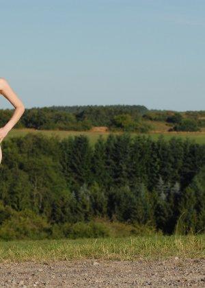 Девушка обнаженной вышла в поле ради отличных снимков - фото 2