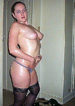 Девушка покрыла себя маслом и начала позировать мужу на кровати - фото 19